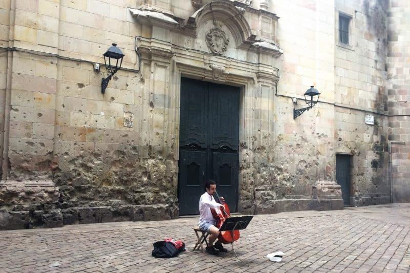 street musician in plaza felip neri